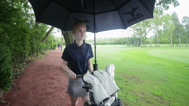 stockvideo's en b-roll-footage met klaar om te golfen - onherkenbaar persoon