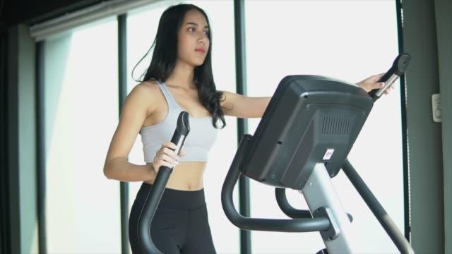 bereit, ihren körper zu verändern - heimtrainer stock-videos und b-roll-filmmaterial