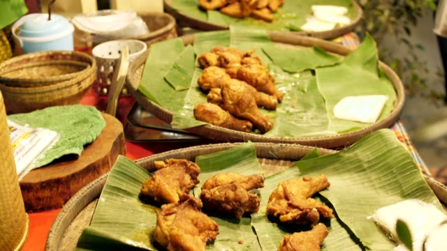 vídeos y material grabado en eventos de stock de pollo frito listos para comer, calle alimentos, tailandia - muslo de pollo carne