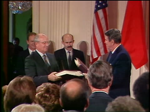 vídeos de stock e filmes b-roll de reagan gorbachev shake hands after signing intermediate range nuclear forces treaty - guerra fria
