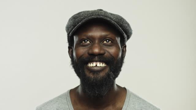 vídeos de stock, filmes e b-roll de homem negro real que ri e que olha acima - olhando ao redor