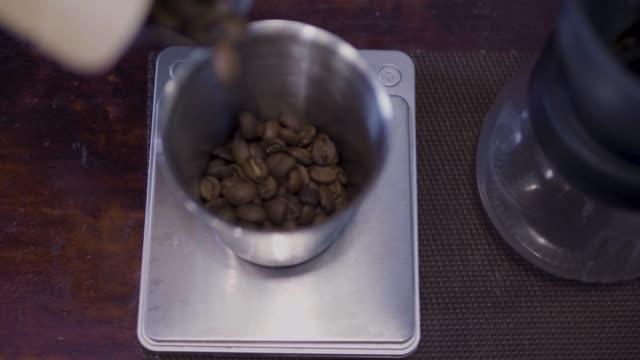vídeos de stock e filmes b-roll de real dipping coffee - chaleira de chá