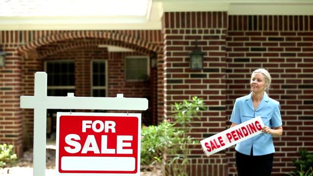 "Real estate agent Orte'sale pending'unterschreiben. ""Home for sale. """