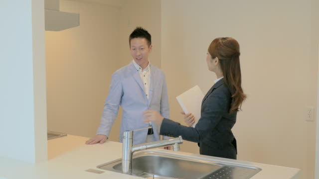 real estate agent showing rooms to buyers - 住宅購入点の映像素材/bロール