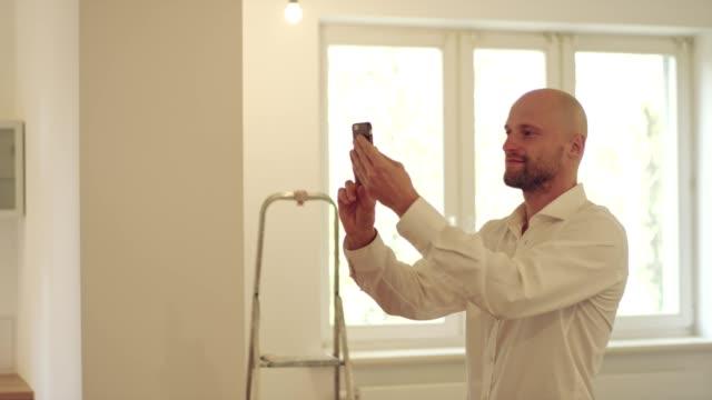 real estate agent using smartphone - realtà aumentata video stock e b–roll
