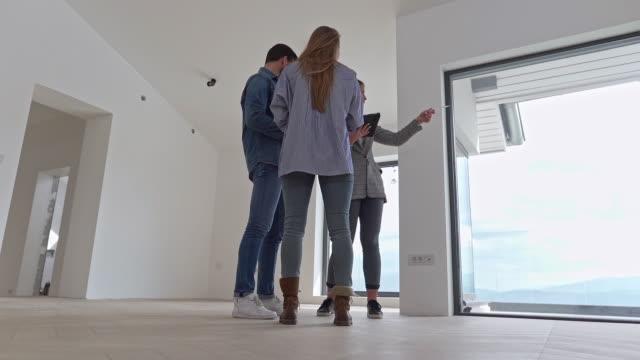 agente immobiliare con coppia in casa di lusso - cercare video stock e b–roll
