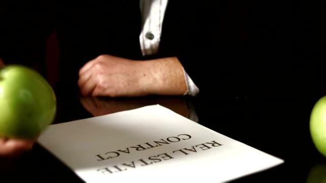 不動産契約 - 証書点の映像素材/bロール