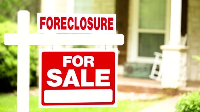 immobilien zum verkauf, abschottung zeichen vor haus. - immobilienschild stock-videos und b-roll-filmmaterial