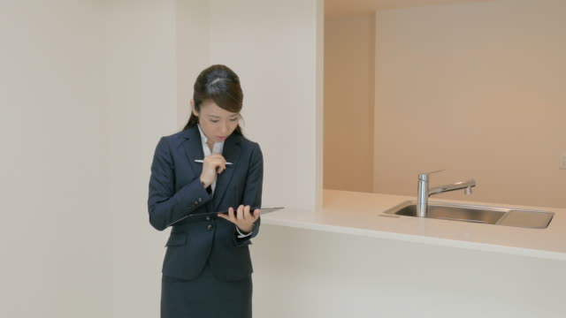 real estate sales taking notes - 住宅購入点の映像素材/bロール