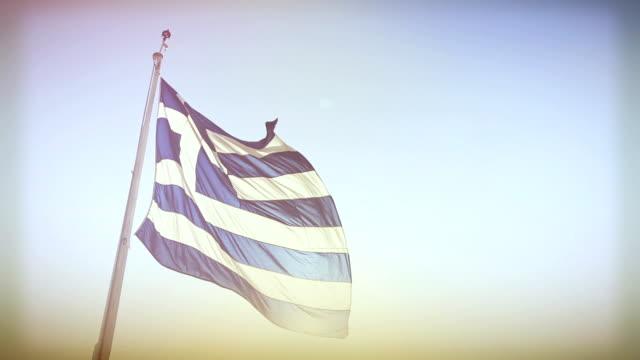 本物のギリシャの旗とスカイません - ギリシャ国旗点の映像素材/bロール