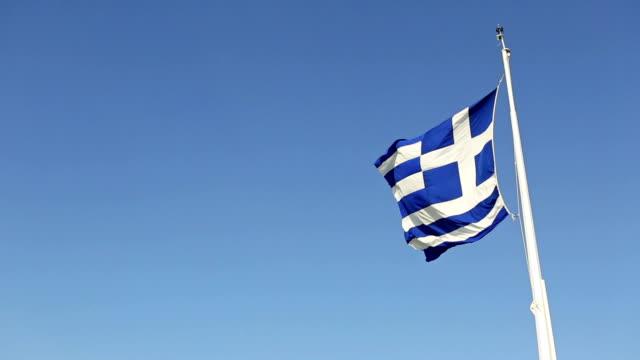 real griechenland flagge und sky niemand - griechische flagge stock-videos und b-roll-filmmaterial