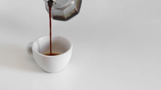 vídeos de stock, filmes e b-roll de verdadeiro café italiano vertendo do cup - molécula de cafeína