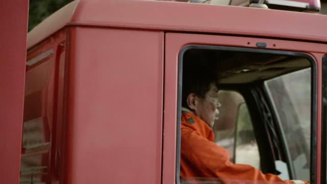 実際の生活: アジア消防士消防車の運転 - トラック点の映像素材/bロール