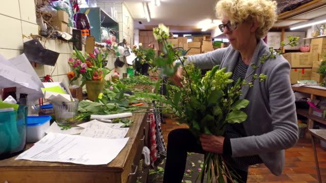 4K: Real life florist binding flowers