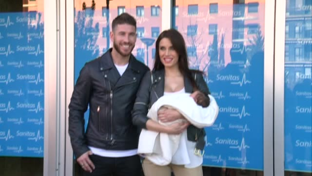 vidéos et rushes de real madrid defender sergio ramos poses with his partner pilar rubio and their newborn son - bébé de 0 à 6 mois