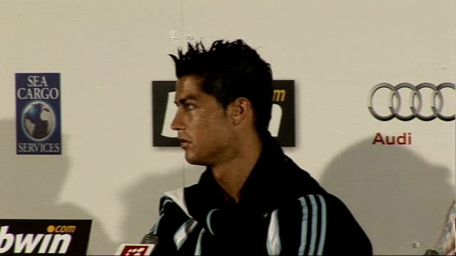vídeos de stock e filmes b-roll de real madrid visit republic of ireland: christiano ronaldo; 16.7.2009 int **flashlight photography** christiano ronald press conference sot -... - conferência de imprensa