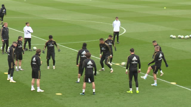 vidéos et rushes de real madrid's football players during the training that takes place one day before the football match against barcelona fc - s'entraîner