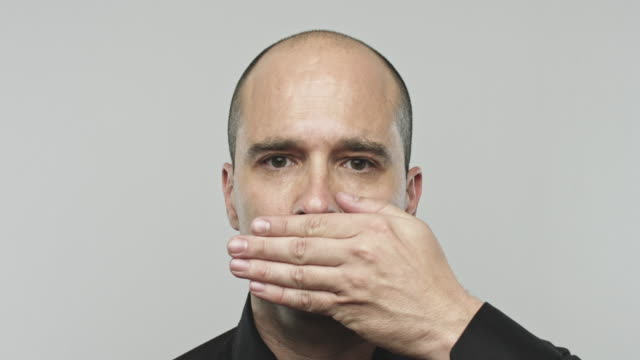 vídeos de stock e filmes b-roll de real man gesturing speak no evil - sério