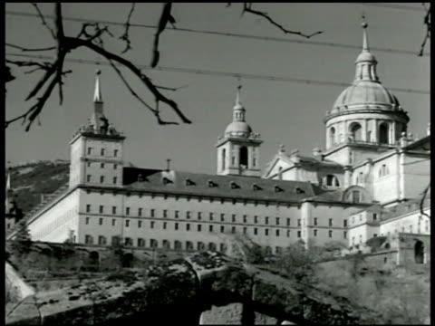 vídeos de stock, filmes e b-roll de real monasterio de san lorenzo de el escorial ha ws puente de toledo over the manzanares river - 1943