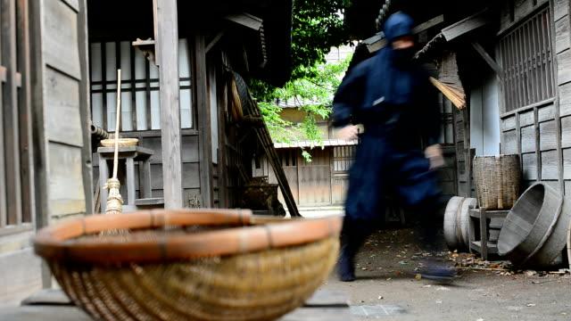vidéos et rushes de véritable ninja dans l'historique village japonais courir et se cacher pour attaquer les ennemis - se cacher