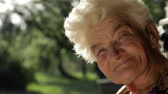 Echte mensen Senior vrouw kijken Camera en lachend.