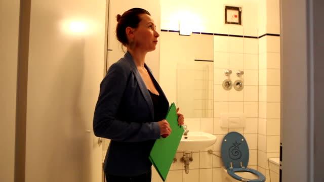 Real State Agent zeigt ein Badezimmer