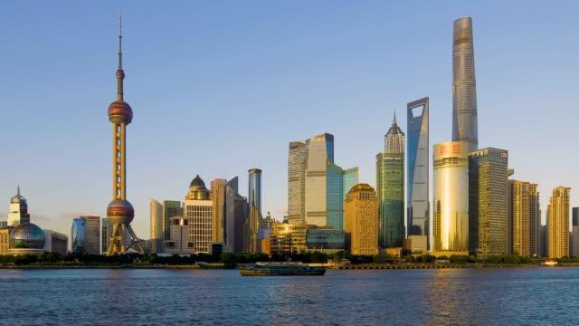 リアルタイム 4 k: 夕暮れ時の上海のスカイライン - 東方明珠塔点の映像素材/bロール