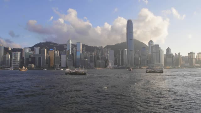 real time 4k: cityscape hong kong and junkboat at sunny day - central district hong kong stock videos & royalty-free footage