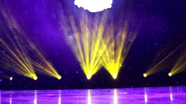 vídeos de stock, filmes e b-roll de 4k em tempo real: luzes do palco, holofotes de animação. - evento anual