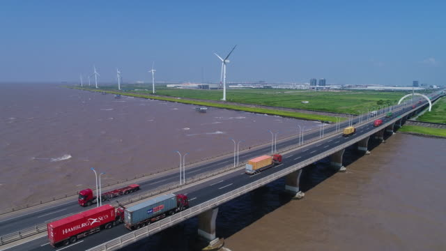 stockvideo's en b-roll-footage met real time luchtfoto van auto's op de donghai-brug - renewable energy