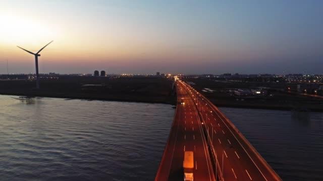 vídeos y material grabado en eventos de stock de vista aérea de tiempo real de coches en puente de donghai - turbina