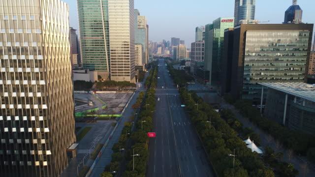 Real-Time-Luftbild von Wolkenkratzern und urban Road in shanghai