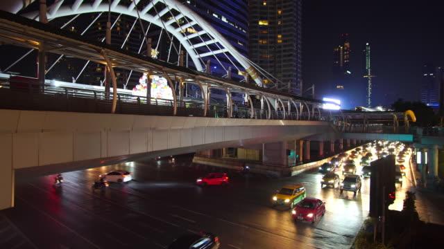 real-time und lockdown: bangkok verkehr in der nachtzeit chong nicht baum. - non urban scene stock-videos und b-roll-filmmaterial