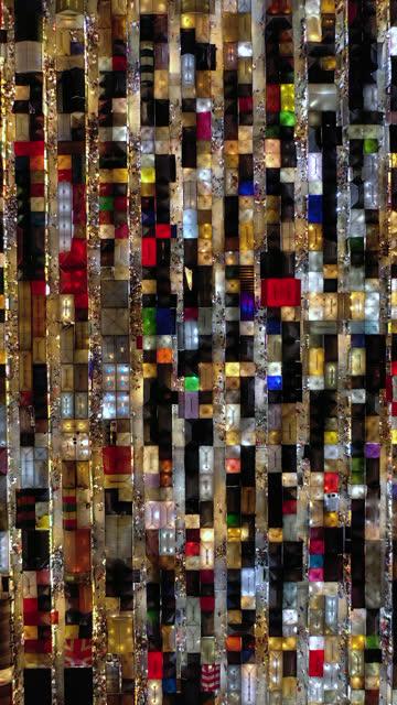 echtzeit und zoom in: nachtmarktstand leuchtet und viele menschen - marktstand stock-videos und b-roll-filmmaterial