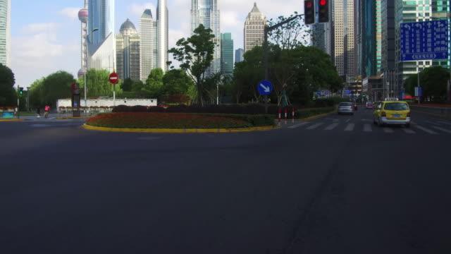 リアルタイムに車の運転の陸家嘴金融地区、上海、中国で - 車の視点点の映像素材/bロール