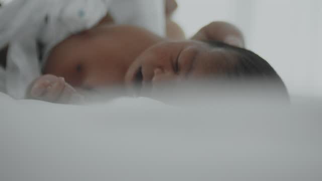 リアルタイム, おむつを交換 - 直腸点の映像素材/bロール