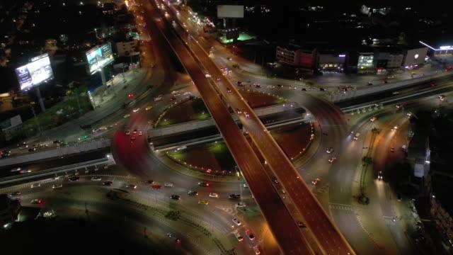 vídeos de stock e filmes b-roll de real time: circle traffic street light and car at night time - rotunda entroncamento