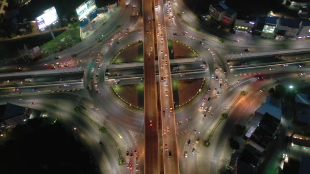 vídeos de stock e filmes b-roll de real time dolly shot: circle traffic street light and car at night time - rotunda entroncamento