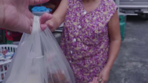 vídeos y material grabado en eventos de stock de comida en una bolsa de plástico en tiempo real - bolsa de plástico