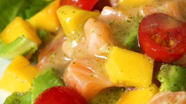 サラダマンゴーサラダに4kリアルタイムソースを注ぎます。 - サラダドレッシング点の映像素材/bロール