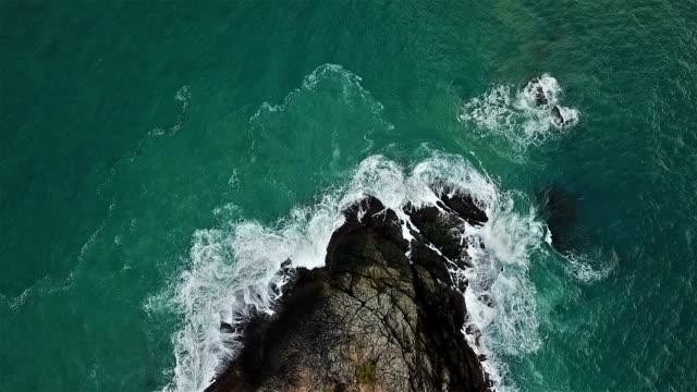 echtzeit-aufnahme des meeres surfen. antenne top-down ansicht am cape panwa phuket - küste stock-videos und b-roll-filmmaterial