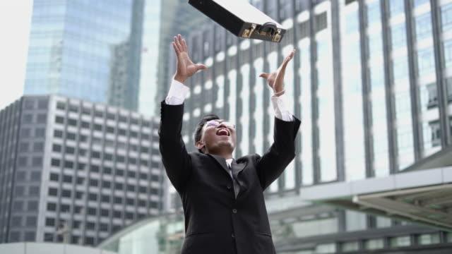 vídeos de stock e filmes b-roll de real time: successful businessman, he throwing a bag and smiling. - camisa e gravata