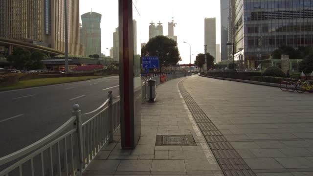 real-time traffic im finanzviertel lujiazui - freie straße stock-videos und b-roll-filmmaterial