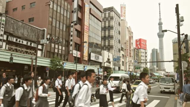 東京スカイツリーと浅草通りでバック グラウンドでビデオのリアルタイム - スカイツリー点の映像素材/bロール