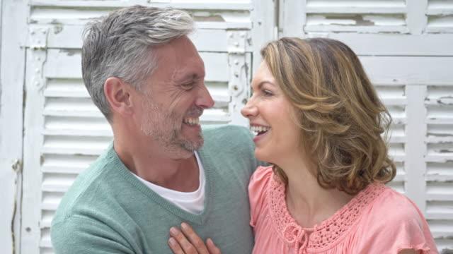 vídeos de stock, filmes e b-roll de vídeo em tempo real de um maduro caucasiano casal feliz em casa - cabelo branco
