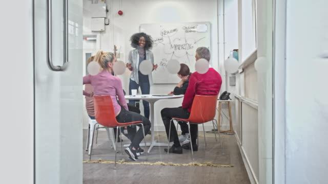 Real-time video van een multi-etnische creatieve zakenmensen brainstormen in vergaderruimte