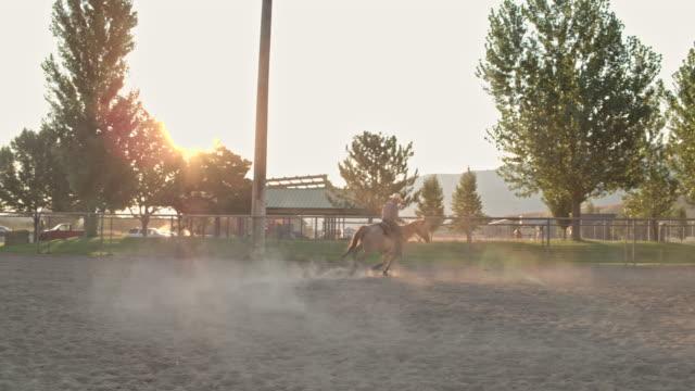 Echtzeit-Video von Cowboy im Galopp mit seinem Pferd in Rodeo Arena in Utah, USA
