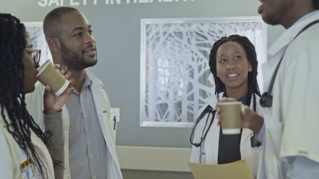コーヒー ブレークを持つ医師学生のリアルタイム ビデオ - 親睦会点の映像素材/bロール