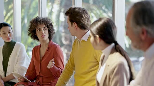 Vídeo em tempo real de reunião informal de colegas profissionais no escritório moderno