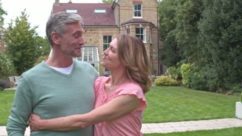 realtidsvideo av äldre par i den nya gårdshus. - 50 54 år bildbanksvideor och videomaterial från bakom kulisserna